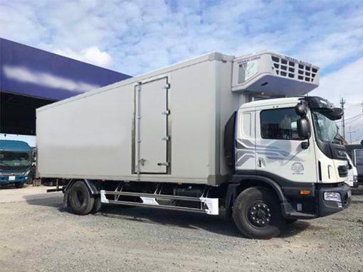🚛XE HC6AA THÙNG ĐÔNG LẠNH – VẬN CHUYỂN THỰC PHẨM DỄ DÀNG HƠN 🚛Xe tải Daewoo Maximus HC6AA là dòng xe tải thế hệ mới, tiêu chuẩn khí thải trên Euor4, được lắp ráp trên dây chuyền hiện đại, linh kiện nhập khẩu đồng bộ từ Daewoo Hàn Quốc. 🚛Về cơ bản, xe Daewoo Maximus HC6AA thùng đông lạnh có cấu tạo như những dòng xe tải thông thường với phần xe cơ sở và phần thùng xe, nhưng điểm khác biệt ở xe đông lạnh chính là được trang bị thêm thiết bị làm lạnh để bảo quản thực phẩm. Điều này giúp thực phẩm tươi mới tốt hơn, hạn chế sự xâm nhập/sinh sôi của vi khuẩn khi phải vận chuyển từ nơi này sang nơi khác. 🚛Phần thùng xe đông lạnh được đóng rất chắc chắn bằng chất liệu Composite Châu Âu - F2 với độ bền bỉ cao, cho khả năng giữ nhiệt, cũng như cách nhiệt tốt, không bị tác động bởi các yếu tố thời tiết, khí hậu bên ngoài. Sàn thùng tiêu chuẩn sử dụng Composite chống trượt,Chassi hợp kim nhôm hạn chế tốt sự oxi hóa, tăng độ bền bỉ cho xe. 🔹Một số thông số kỹ thuật: ▪️Tổng tải: 16 tấn ▪️Tải trọng: 7,7 tấn ▪️Kiểu động cơ: Doosan DL06K ▪️Loại: 4 kỳ, 6 xylanh thẳng hàng, tăng áp,